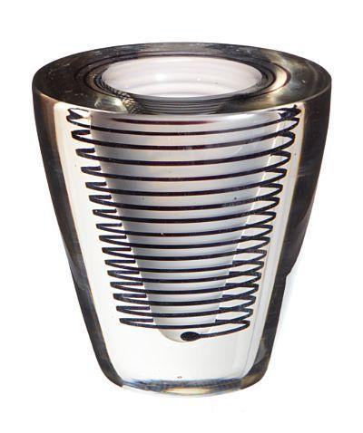 WILLY JOHANSSON JEVNAKER 1921 - D.SST. 1993 Vase K-2009 ''Spiralvasen'', Hadeland Glassverk. I produksjon fra ca. 1952. Melkehvit kjerne og ''spiral'' i sort glass under klart overfangsglass. Usignert.