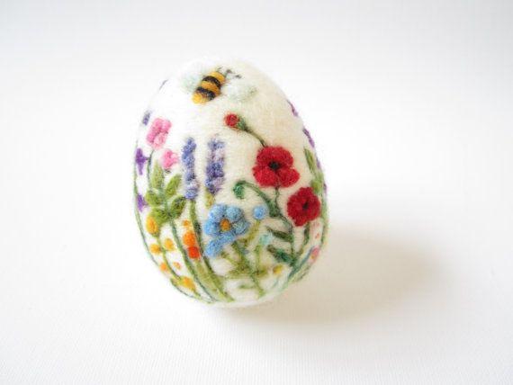 Naald vilten ei gemaakt van zuivere zwervende wol één enkel prikkeldraad naald en veel liefde. Wandelen in een wildflower meadow is een zeker teken van de lente en zomer... deze naald vilten ei mini landschap richt zich op de bijen en vlinder aantrekken bloemen zoals Hollyhock, lavendel, Primrose, Poppy,..., enz. Met levendige kleuren, ingewikkelde details, zijn de kleuren zacht en dromerige, met een mengsel van texturen. Ik gebruik een scala aan wol vezels om de naald vilt de achtergrond…