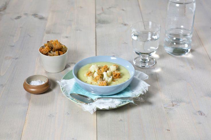 Suppe er noe av den enkleste hverdagsmaten du kan lage. Med krutonger eller godt brød til, er det også veldig mettende.