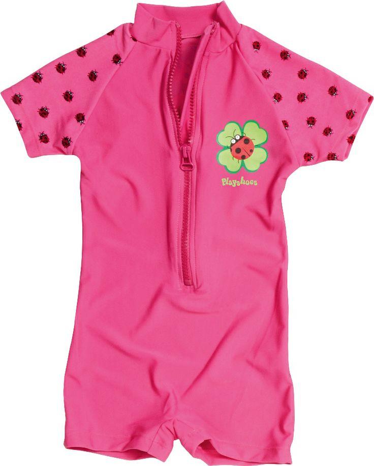 http://www.barnisolen.no/playshoes-uv-drakt-ladybird.html. Nydelig UV drakt fra Playshoes. Lady Bird drakten er en hel soldrakt med glidelås foran som gjør den lett å av og på selv når den er våt! UV drakten er svært behagelig å ha på, tørker fort og gir maksimal solbeskyttelse. Lady Bird er en perfekt UV drakt for små jenter på stranden og ellers i solen. Fargen er rosa med små, røde marihøner på ermene.