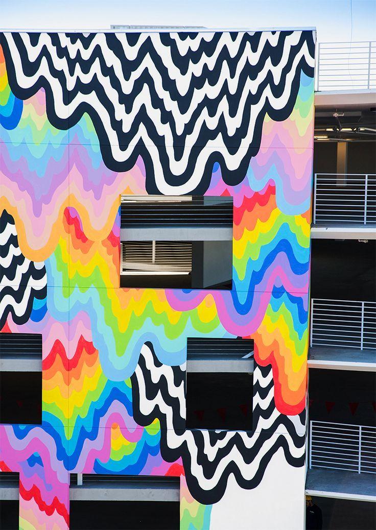 Jen Stark tropft, Technicolor-Wandgemälde über die Gebäudefassade von Kalifornien