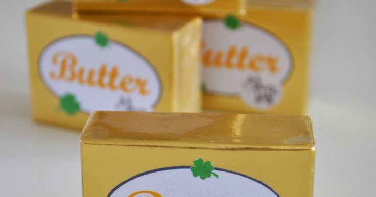 Heute gibt es Butter für den Kaufladen. Man braucht Holzklötze,   Alu-Bastelfolie in Gold   Etiketten, und   durchsichtige Klebefolie.  Die Holzklötze in goldene Alu-Bastelfolie einschlagen,   ein Etikett darauf kleben  und zum Schluss mit durchsichtiger Klebefolie verpacken. Kinderküche Spiel