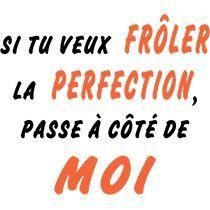 """""""Si tu veux frôler la perfection, passe à côté de moi."""" Motifs humoristiques sur T-shirt, à offrir ou à s'offrir."""