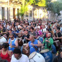 Il Candombe è la manifestazione culturale tipica della popolazione di origine africana in Uruguay proveniente dall'epoca coloniale. Dopo la dittatura c'è stata una progressiva apertura al resto della società che ha consentito anche ai bianchi di poter partecipare. La Gente d'Italia ha incontrato alcuni degli italouruguaiani che si sono uniti ai neri seguendo il ritmo dei tamburi.
