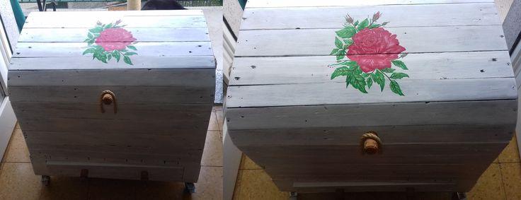 Baule creato con assi di bancali, fiore dipinto a mano