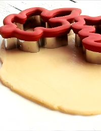 How to Cut Out Perfect Sugar Cookies Every Time www.thebearfootbaker.com