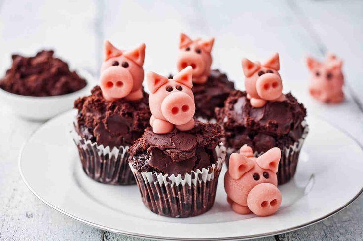 Świąteczne duńskie świnki z marcepanu na babeczkach czekoladowych #omnomnom #dinner #mniam #smacznastrona #muffins #sweet