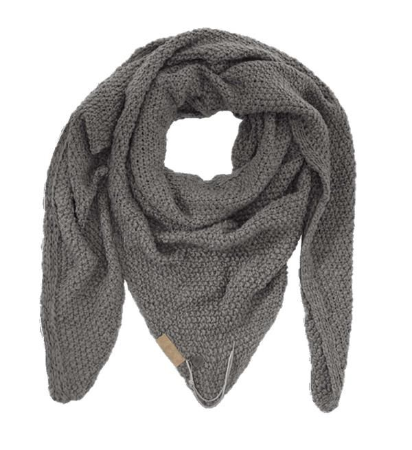 Zusss sjaal om in te wonen. Grof gebreide driehoeksjaal die ook als omslagdoek gedragen kan worden. Afmeting 75 x 210 cm.