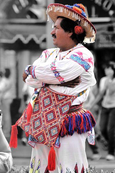 Huicholes. grupo mayoritario de Tepic que habitan  el oeste central de México en la Sierra Madre Occidental, principalmente en los estados de Jalisco, Nayarit y partes de Durango y Zacatecas.Se autodenominan wixárika a la gente en su lengua, a la que llaman wixaritari vaniuki y que en español se conoce como huichol o lengua huichola), que pertenece a la familia de lenguas uto-aztecas