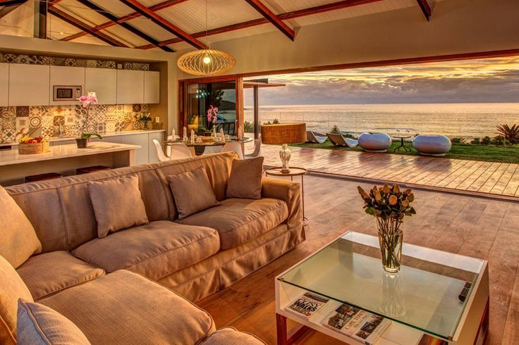 Wohnung in Kapstadt, Südafrika. Fantastic apartment located in Camps Bay, Cape Town with expansive views of the atlantic ocean and Table Mountain.  Walking distance to Camps Bay and 10min drive from the city.  3 beautiful en-suite bedroooms and a comfortable open plan living are...