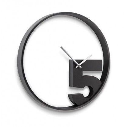 Minimalistyczny design zegara Take 5 pozwala na swobodne dopasowanie go do wnętrz nowoczesnych, jak i tych bardziej tradycyjnych. Srebrne wskazówki umieszczone są na cyfrze 5, która jako jedyna pojawiła się na tarczy zegara. Autorem projektu Take 5 jest Alan Wiśniewski.