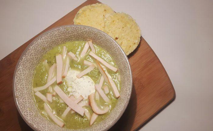 Courgette-broccolisoep met gerookte kip en kruidenroomkaas