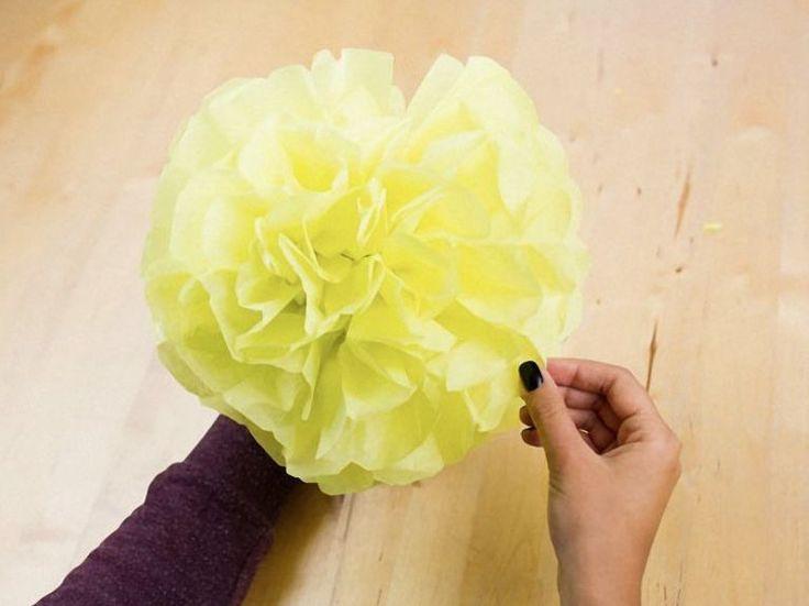 Pompons doen het altijd geweldig als feest decoraties. Het mooie van deze DIY is dat je slechts drie dingen nodig hebt om ze zelf te maken.