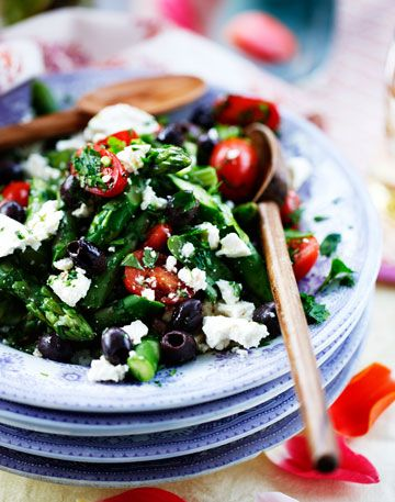 Få opskrifter til en lækker salat med asparges blandet med daddeltomater og fetaost.