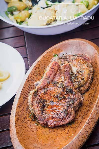 Cotlete de porc marinate si  prajite in baie de ulei.