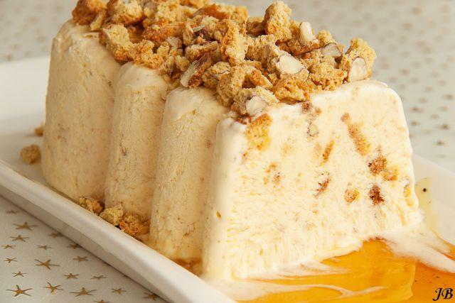 Amarettoparfait met kaneelsiroop (ingrediënten: slagroom, cantuccini koekjes, eidooiers, suiker, amaretto, vanillestokje en kaneelstokje) (@ Carolines Blog)
