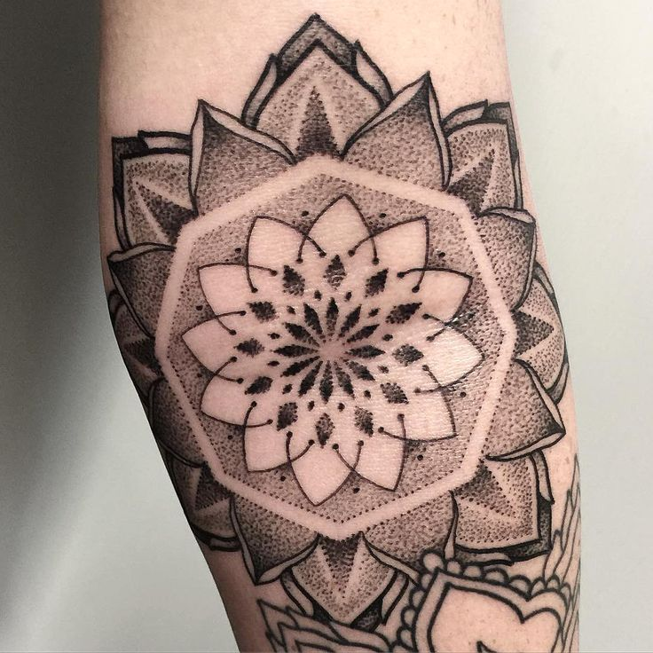 Closeup! #mandala #mandalatattoo #dotworktattoo #taot #blackworkerssubmission #blacktattooart #tatuering #tattrx #iblackwork #tattoo #btattooing #inkstinctsubmission #nyc #stockholm #stucklife #startwithapen