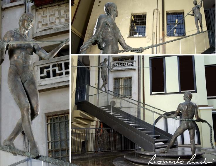 Gli equilibristi, alla scala del Palazzo del Leon d'Oro a Cesena