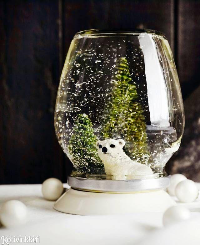 Tee suloinen lumisadepallo säilykelasipurkista. Helppotekoinen pallo on hyvä lahjaidea ystävälle tai sukulaiselle. Kuva/pic Martti Järvi. DIY snow globe made of old glass jar. #christmasdecorations #christmaspresentsdiy #christmascrafts #snowglobes #DIYsnowglobes