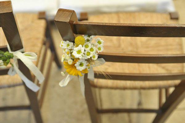 chamomile and craspedia church decor http://weddingwonderland.it/2015/05/15-idee-la-cerimonia-in-chiesa.html