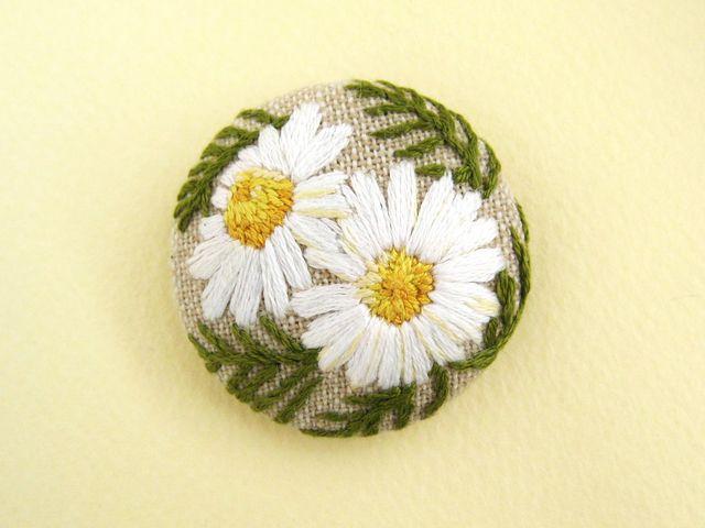 カモミールの手刺繍ブローチ