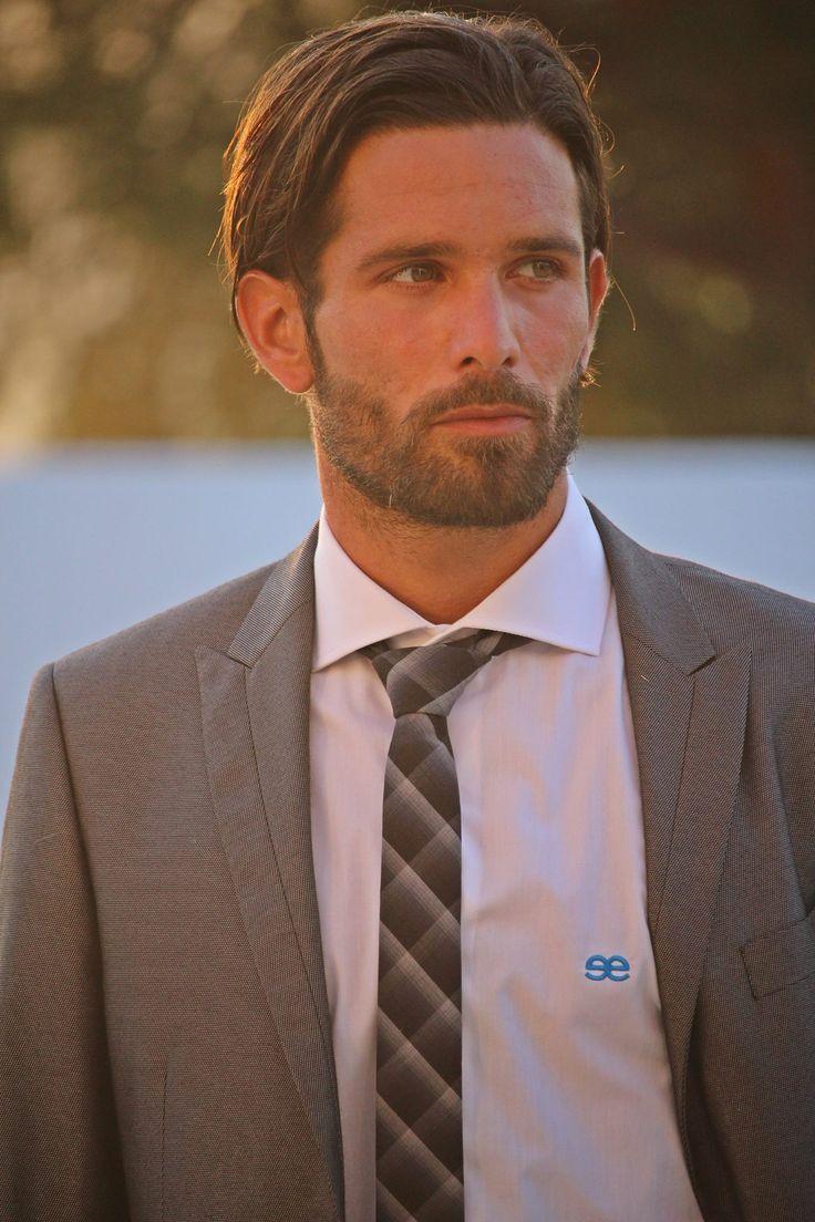 El hombre que viste esta camisa de estilo italiano consigue un look desenvuelto. Es un toque elegante para vestir con una inspiración con carácter decidido y valorizar el estilo con diseño. www.eeexclusive.com