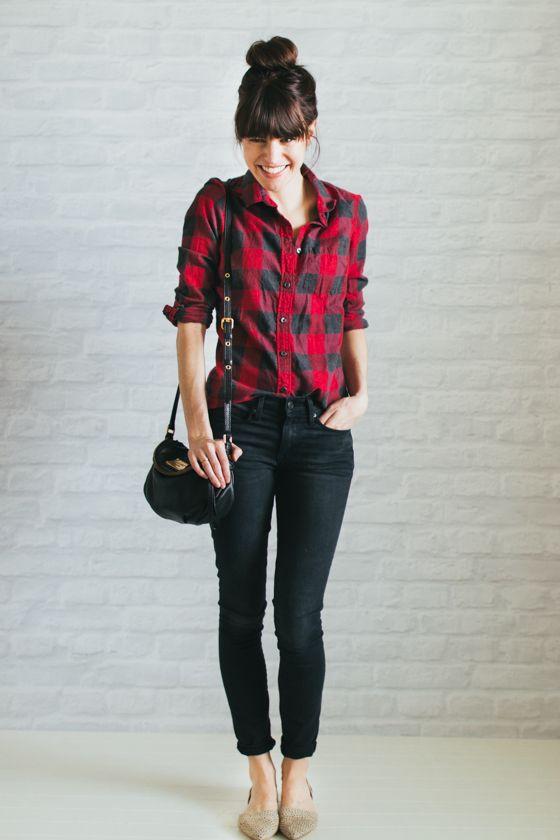 camisa xadrez vermelho e preto com calça jeans skinny e sapatilhas nude