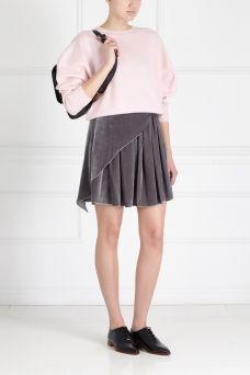 Бархатная юбка Alena Akhmadullina. Плиссированная юбка с имитацией запáха из коллекции российского бренда Alena Akhmadullina. Модель сделана из плотной бархатной ткани благородного серого цвета. Носим с лаконичной блузкой или с топом, исполненным в схожей стилистике.