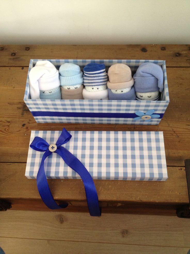 Zwangerschap / kraamcadeau van schoenendoos, luiers en 5 paar sokjes