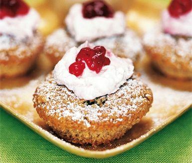 Riktiga små julbakelser är dessa pepparkaksmuffins med glöggmarinerade russin…