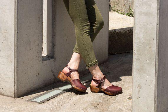 Schwedische Low Heel Clog Sandalen Monterey Bordeaux Leder