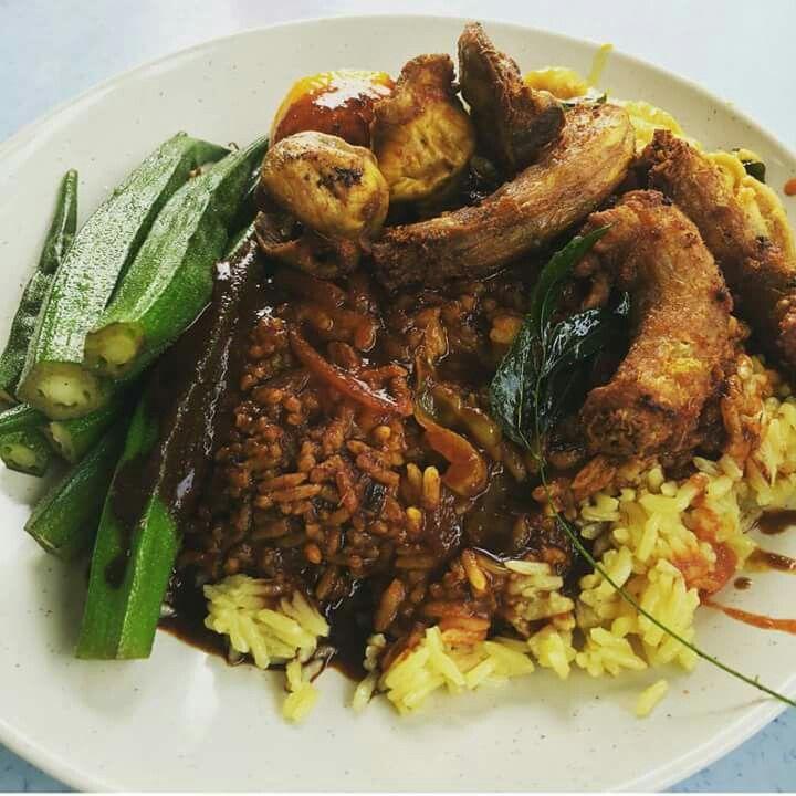 #nakmakanmana Penggemar Nasi Kandar, ada kedai baru bukak di Bukit Jalil, lauk pauk dia memang terbaik, kari dia kaw punya, daging hitam dia sedap! Harga berpatutan. Singgah sini jom.  Nasi Lemak Royale Kedah Lot G,kompleks YJN No 1,Jalan Jalil Perwira 2 Bukit Jalil,52800 Kuala Lumpur  Waktu operasi 7 pagi hingga 12 tgh malam (Isnin -Ahad)