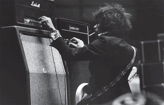 ギター・ロック史に燦然たる功績を残した天才ギタリスト、ジミ・ヘンドリックス。その背景には彼のインスピレーションに刺激を与えた素晴らしい楽器群があったことは言うまでもない。本記事ではこのたび刊行された書籍『ジミ・ヘンドリックス機材名鑑』と連動し、ジミが愛用した代表的な機材を一部本人が実際に使用した写真とともに紹介していきたい。