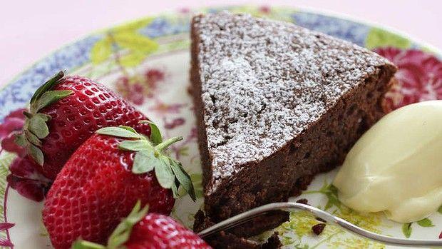 Aussi connu sous le nom de Reine de Sheba ou gâteau au chocolat et aux amandes, c'est le nec …   – Food, Glorious Food