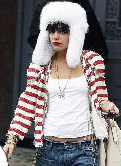 Белая меховая шапка мода