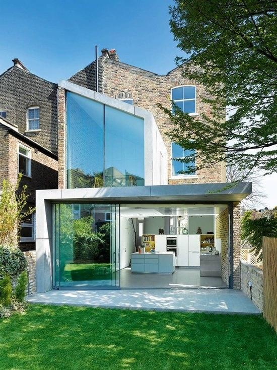 Vieux murs et verre belle intégration architecturale de l'espace contemporain dans un environnement patrimonial