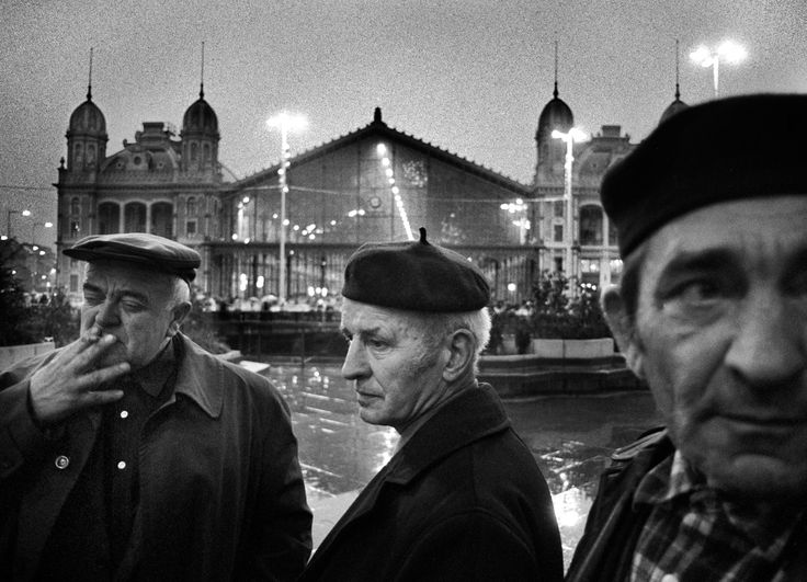 In front of the Western Station 1984 © Péter Korniss