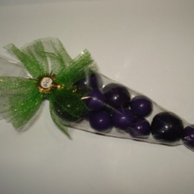 Recuerdo de primera comunión: Chicles de uva para formar un ramillete de uvas.