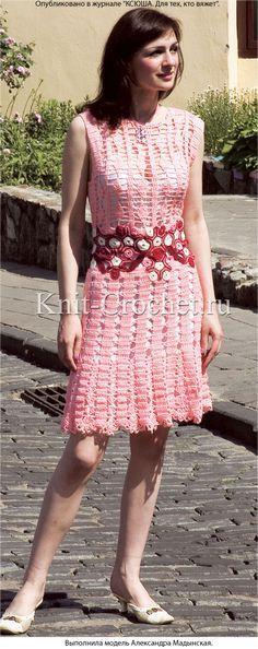 Связанное крючком платье с декоративным поясом 42-44 размера.