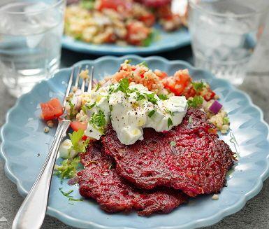 Vegetariska feta- och rödbetsplättar med gurkröra är en fantastiskt god rätt med ordinära smaker men som i kombination är oemotståndliga. Fetaost blandas med de rivna rödbetorna, kryddor och ägg innan de steks härligt frasiga i en panna. Servera dessa saftiga plättar med gurkröra och bulgur.