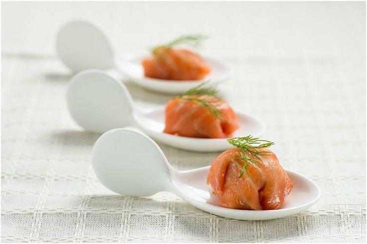 Vandaag weer een recept met Vis `Zalm bonbons   En dit gaat erin ;      400 g gerookte zalm             1 bosje bieslook             175 g ...