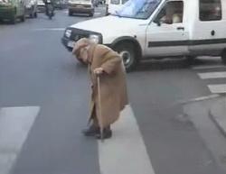 Een tableau vivant, een roadmovie vanuit de trein, een protestlied of een vrouw die langzaam oversteekt. 'The One Minutes' is een platform voor videokunst van precies één minuut. Het materiaal uit meer dan honderd landen biedt een rijke blik op de wereld.