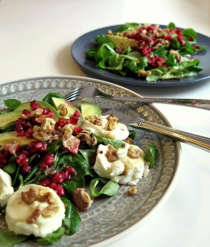 Dieser Avocado-Ziegenkäse-Salat mit Granatapfel bietet Dir absoluten Low Carb Gourmet-Genuss. Auch an Festtagen lässt sich mit einigen Ideen Low Carb essen.