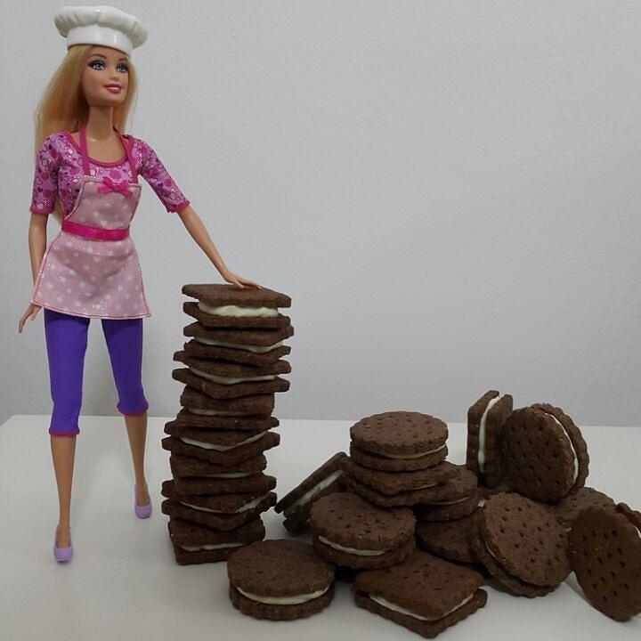 En güzel mutfak paylaşımları için kanalımıza abone olunuz. http://www.kadinika.com Yeliz hanımın @kekikkaramel Kurabiye Haftasında Çokoprens 'e rakip Prenses Kurabiyemle ben de varım kurabiyemin adına bakmayın prensler de çok beğeniyor siz de en sevdiğiniz kurabiye tarifiyle bu güzel etkinliğe katılabilirsiniz #kekikkaramelkurabiye   PRENSES KURABİYE  500 gr un  100  gr toz fındık veya badem 300 gr tereyağı (tercihen margarin de olabilir ) 100 gr rende bitter kuvertur çikolata 1 adet yumurta…
