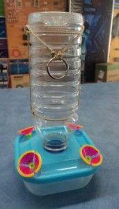 Modelo de bebedero para colibrís, fabricado en casa.