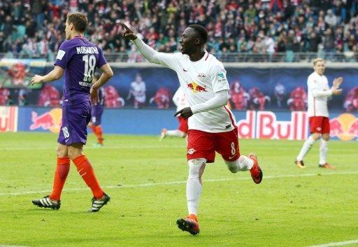 """Mittelfeldspieler Naby Keita vom Fußball-Bundesligisten RB Leipzig hat sich nach seinem Kreislaufkollaps """"komplett erholt"""" und will mit dem Aufstei..."""