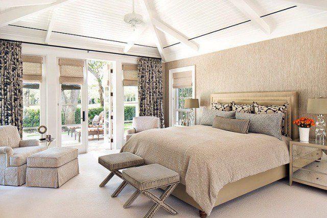 une literie beige et des rideaux beiges à motifs noirs dans la chambre à coucher