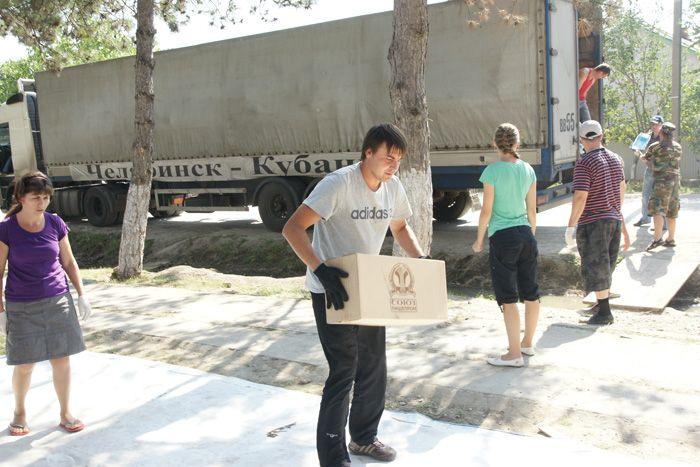 Разгрузка фуры с гуманитарным грузом из Челябинска