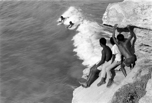 Cedric Nunn. KIDS BODY SURFING, ARNISTON 1989. Archival pigment ink on cotton paper, 50.5 x 40.4 cm.