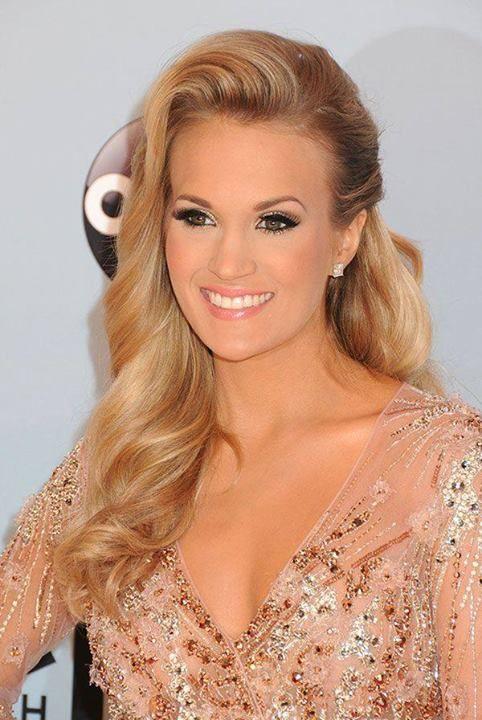 a cantora country Carrie Underwood em um look iluminado na make e cabelos brilhantes em um topete lindíssimo.